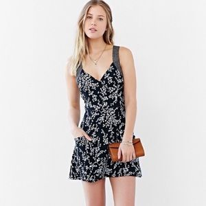 UO Kimchi Blue Floral Cross Back Mini Dress ▪️